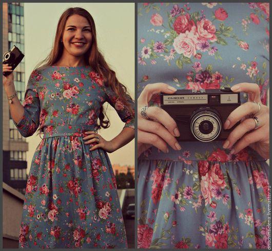 Яркое платье голубого цвета с крупными цветами.