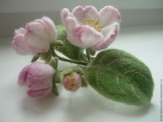 """Броши ручной работы. Ярмарка Мастеров - ручная работа. Купить брошь войлочная """"яблоневый цвет"""". Handmade. Веточка с цветами"""