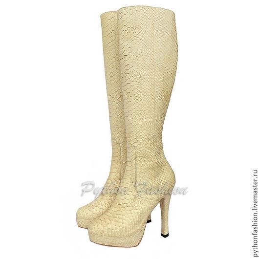 Сапоги из питона. Женские сапоги из питона на высоком каблуке. Модная яркая весенняя обувь из кожи питона. Демисезонные сапоги ручной работы из питона на молнии. Стильные питоновые сапожки на весну.