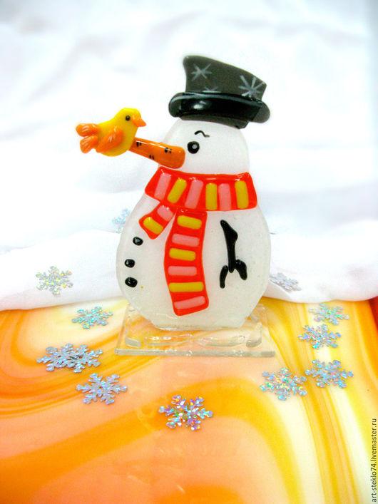 Миниатюрные модели ручной работы. Ярмарка Мастеров - ручная работа. Купить Фьюзинг-сувенир «Снеговик с птичкой». Handmade. Стекло, Фьюзинг