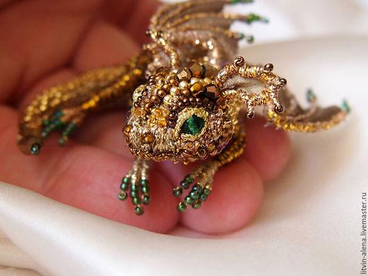 """Броши ручной работы. Ярмарка Мастеров - ручная работа. Купить Брошь дракон  """"Голди"""". Брошь бисер. Вышитый  дракончик. Золотой дракон. Handmade."""