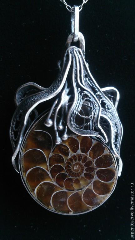 Подвеска в серебре с аммонитом `Цветок времени`, выполненный в технике филигрань.Оригинальный и красивый амулет и талисман,не имеющий не имеющий ограничений по знакам Зодиака.