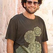 Одежда ручной работы. Ярмарка Мастеров - ручная работа Темно-зеленая мужская футболка с вязаной аппликацией  Размер ХL. Handmade.