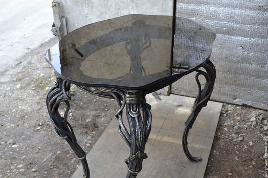 Стол кованый ручной работы металл,столешница стекло темного цвета.Очень хорошо будет смотреться в каминном зале Можно будет и для камина принадлежности сделать в этом стиле.Автор Вдовин Евгений.