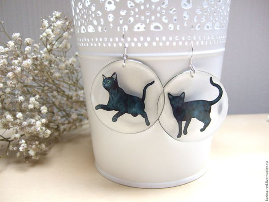 Купить прозрачные круглые черно белые готические серьги с котами кошками в прыжке украшения ручной работы из ювелирной смолы эпоксидной смолы Карина Бойко