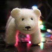 Войлочная игрушка ручной работы. Ярмарка Мастеров - ручная работа Валяный белый медведь Бубенчик.. Handmade.