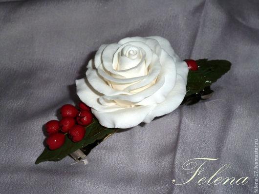 Заколка для волос с розой, ягодами рябины и зелеными листьями украсит Вашу прическу, а также может стать приятным подарком для Ваших близких.