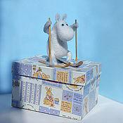 Куклы и игрушки ручной работы. Ярмарка Мастеров - ручная работа игрушка валяная из шерсти Муми-тролль на лыжах. Handmade.