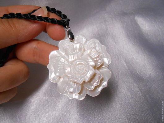 """Кулоны, подвески ручной работы. Ярмарка Мастеров - ручная работа. Купить Кулон из перламутра """"Цветок"""". Handmade. Белый, цветок, с перламутром"""