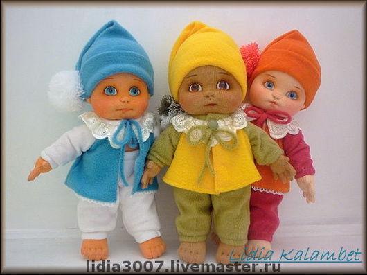 В Мастер классе имеется выкройка костюмчика для кукол (как на фото). Рост кукол 35 см. Мастер класс в электронном виде в формате pdf.