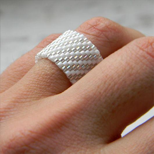 Кольца ручной работы. Ярмарка Мастеров - ручная работа. Купить Белое сверкающее кольцо из бисера, необычное кольцо ручной работы. Handmade.