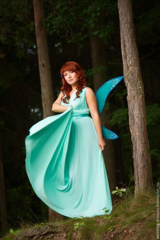 Вечернее платье для подружки невесты выполнено из трикотажа нежно мятного цвета.