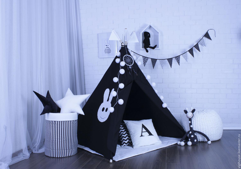Дополнительно можно приобрести в комплекте с вигвамом: подушки, гирлянду из флажков, коврик