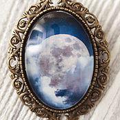 Украшения ручной работы. Ярмарка Мастеров - ручная работа крупная овальная брошь, Синее боло на блузку, Ночная луна в облаках. Handmade.