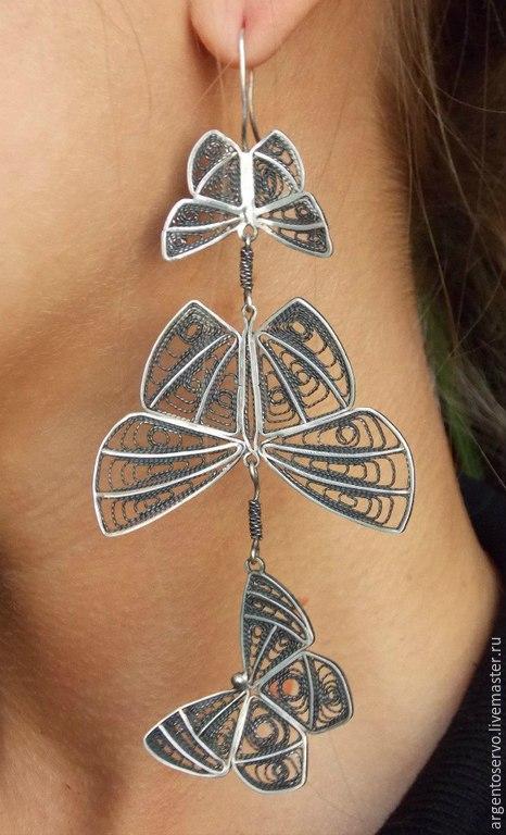 Ажурные,по настоящему воздушные серьги из серебра носятся так легко,как будто бы сами бабочки удерживают их в воздухе,не давая вашим ушам уставать.