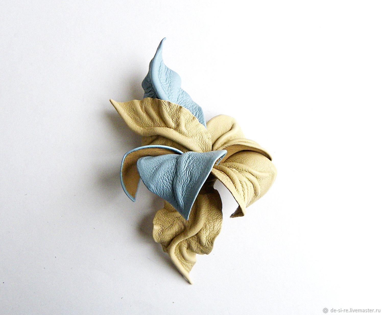 Брошь цветок из кожи Ветер с Моря голубой песочный бежевый беж – купить на Ярмарке Мастеров – GQ6DFRU | Брошь-булавка, Москва