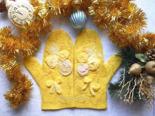 Дизайнер Юлия Светлая, желтые валяные варежки, варежки с цветами, варежки с шелком, шелковые розы, купить элегантные варежки