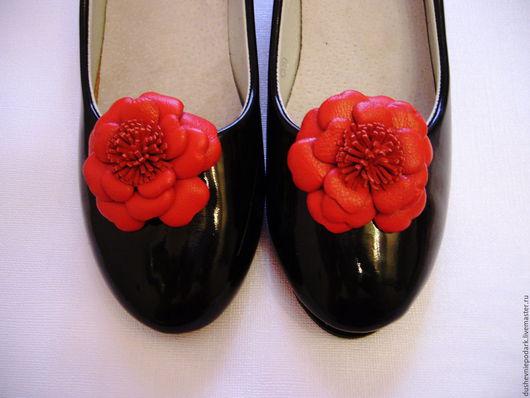 """Украшения для ножек ручной работы. Ярмарка Мастеров - ручная работа. Купить Кожаные броши для обуви """"Цветок"""". Handmade. Ярко-красный"""