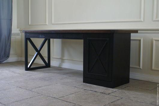 Красивый дубовый стол в стиле лофт  с четкими геометрическими линиями и видимой текстурой натурального дерева.