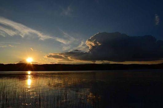 Фотография летнего заката на озере сделана в Финляндии.