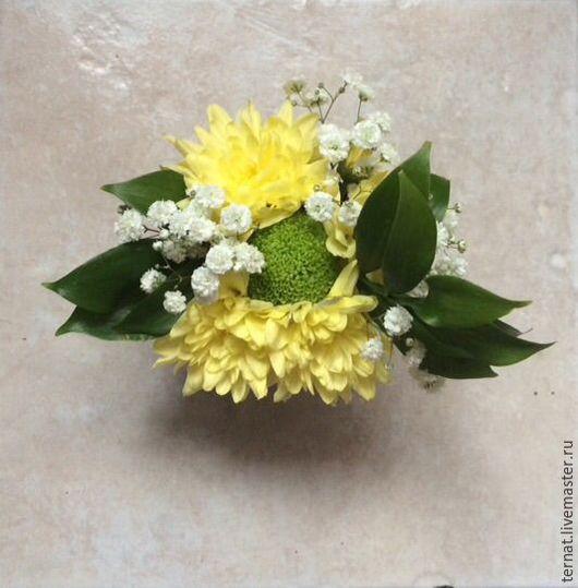 Мини букет или комплимент из живых цветов в стаканчике. Подарок. Купить.