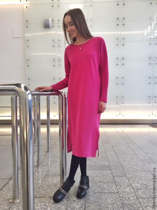 Трикотажное платье цвета фуксия с разрезами по бокам