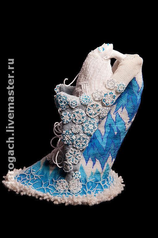 Лицо и руки выполнены из пластики.  Проволочный каркас, текстильная основа. Волосы и платье из чешского бисера