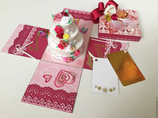 Стилизованный под свадебный торт контейнер для подарка (денег, обручальных колец и т.п.) и два тега для пожеланий и поздравлений.