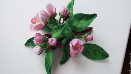 Брошь `Яблоня в цвету`. Элегантный аксессуар к вашему романтичному образу. Авторская брошь из войлока.