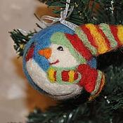 """Подарки к праздникам ручной работы. Ярмарка Мастеров - ручная работа """"Снеговик и снегирь"""" ёлочный шар. Handmade."""