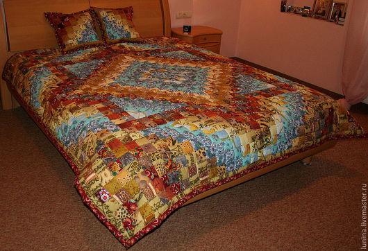 Лоскутное одеяло для создания хорошего настроения с утра и на весь день. Сочетание голубого цвета неба и теплых радостных золотисто красных оттенков добавят уюта в Ваш интерьер.