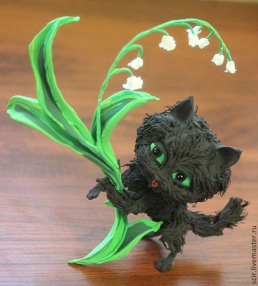 """Игрушки животные, ручной работы. Ярмарка Мастеров - ручная работа. Купить Фигурка """"Черный котик с ландышем"""" (кот, черный, цветы). Handmade."""