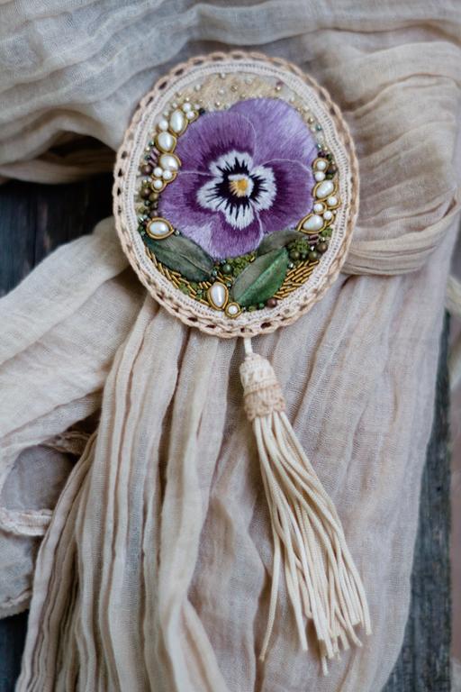 Броши ручной работы. Ярмарка Мастеров - ручная работа. Купить Текстильная брошь с вышитым цветком в винтажном стиле. Handmade. Брошь