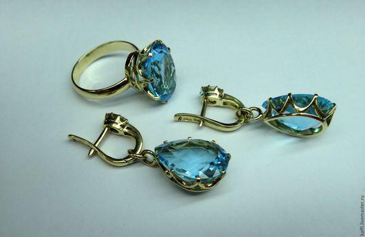 Кольцо и серьги из золота 750 с топазами и сапфирами. На серьгах нижняя часть снимается. Верхнюю часть можно носить повседневно, а добавив нижнюю получаем праздничный вариант).