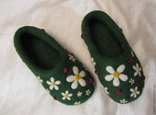 """Обувь ручной работы. Ярмарка Мастеров - ручная работа. Купить Войлочные тапочки """"Ромашкина полянка"""". Handmade. Зеленый, тапочки женские"""