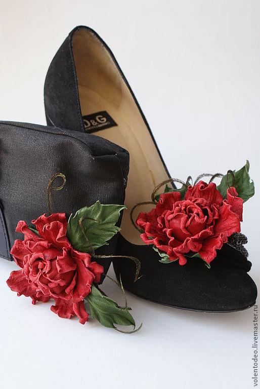 """Клипсы на туфельки """"А я иду такая вся в.......розах""""."""