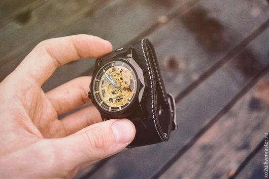 Часы наручные Black Granat - это удивительный многогранный механизм с прозрачным циферблатом на изящном кожаном браслете.