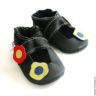 Обувь ручной работы. Ярмарка Мастеров - ручная работа Кожаные чешки тапочки пинетки сандалики чёрные с цветочками ebooba. Handmade.
