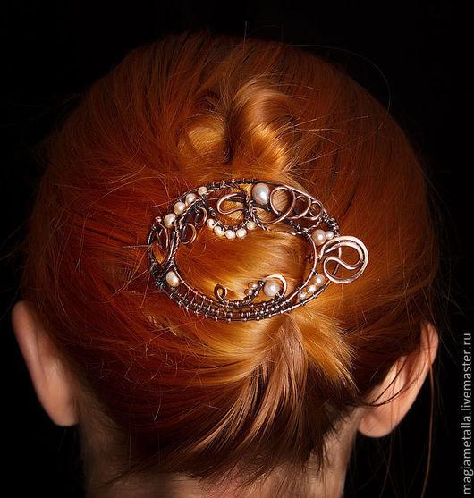 Медная заколка фибула декорирована отборным розовым жемчугом и медными бусинками. Утонченное ажурное украшение для волос. Можно использовать как трикотажную брошь.