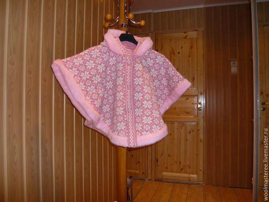 Детская пончо связанная на вязальной машине из шерсти, отделка искусственный мех. Возможны варианты. Рисунок и цвет на заказ.