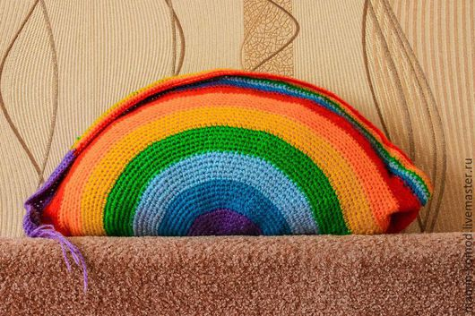 подушка вязаная крючком `Радуга`, длина - 40 см, высота - 25 см, стоимость - 600 руб.