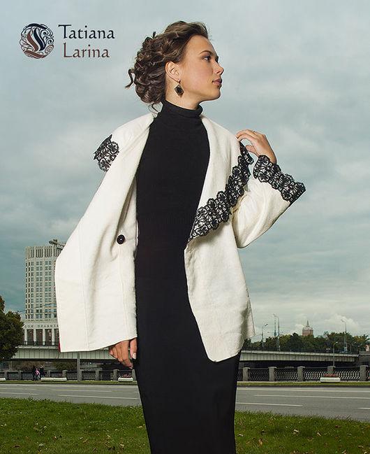 Романтичное женское пальто белого цвета. Пальто оформлено черным кружевом. Пальто отлично подойдет для лета и весны. Модель пальто укорочена, облегченная - идеальный вариант для женщин за рулем.
