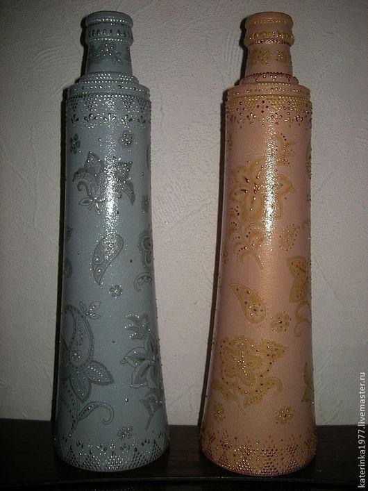 Бутылки оформлены в технике декупаж и точечной росписью. Очень оригинальное решение: бутылки одного стиля, но разного цвета под определенный интерьер кухни состоящий из разных оттенков...