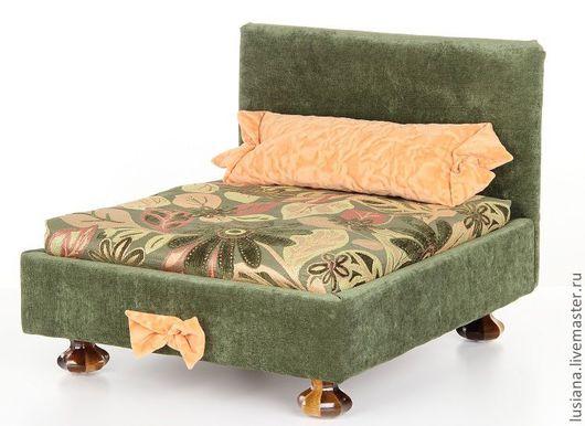 Кроватка  подойдет как для собаки, так и для кошки. Кроватка выполнена на крепком деревянном каркасе и установлена на ножки из массива дерева.  имеет съемный  матрасик, который можно стирать.