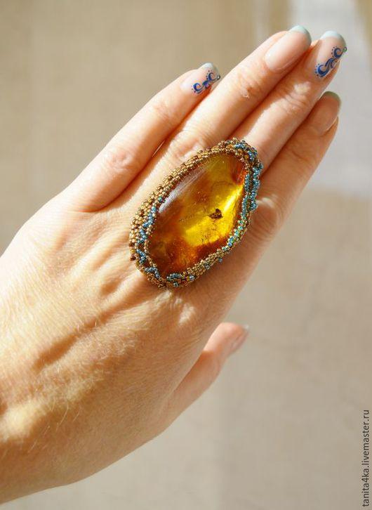 Янтарь с инклюзом.Кольцо с янтарем.Вышитое кольцо.Янтарь балтийский.Янтарь с мухой.Редкие украшения.Вышивка бисером.Крупное кольцо.