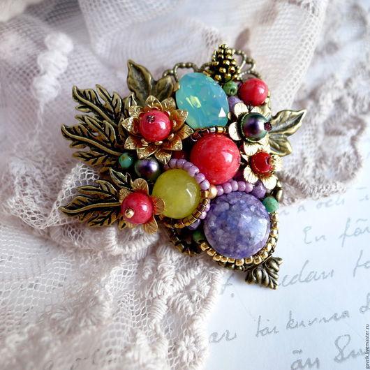 Брошь ручной работы. Авторская бижутерия. Натуральные камни, кристалл Сваровски. Изящная брошь на платье, палантин, костюм.