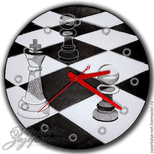 """Часы для дома ручной работы. Ярмарка Мастеров - ручная работа. Купить Кожаные часы-пэчворк с вышивкой """"Шахматы"""". Handmade."""