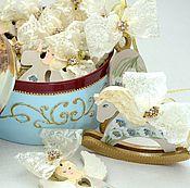 Подарки к праздникам ручной работы. Ярмарка Мастеров - ручная работа Новогодние игрушки в круглой шкатулке,голубой,золотой,ангелы,кружево. Handmade.
