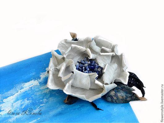Броши ручной работы. Ярмарка Мастеров - ручная работа. Купить Брошь цветок из кожи Санторини белый и синий украшение с содалитом. Handmade.