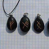Фен-шуй и эзотерика ручной работы. Ярмарка Мастеров - ручная работа Небольшие кулоны из разных камней с рунами. Handmade.